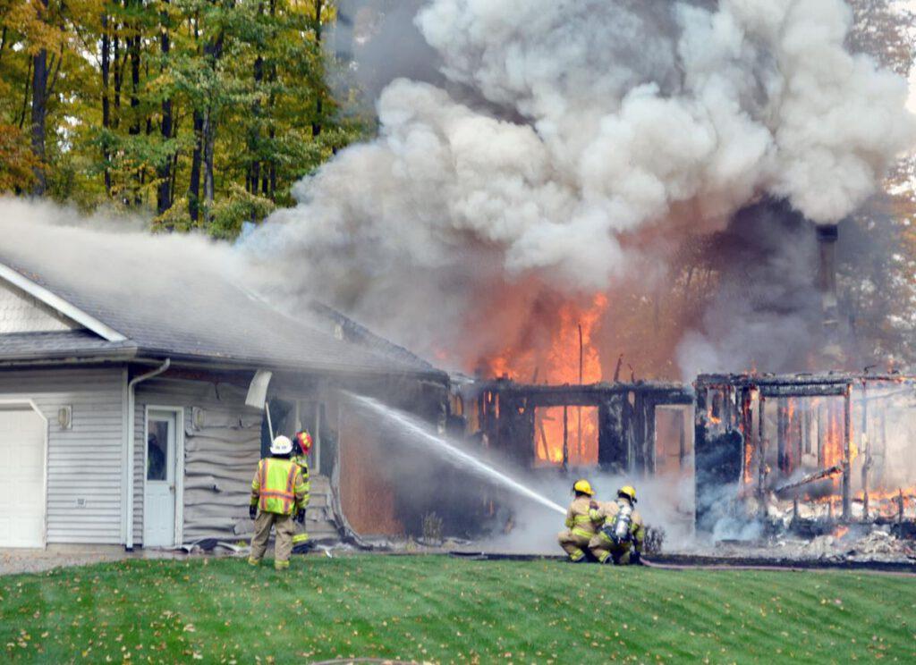 Mơ nhà cháy và bạn dập tắt được lửa dự báo mọi việc sắp tới sẽ rất thuận lợi