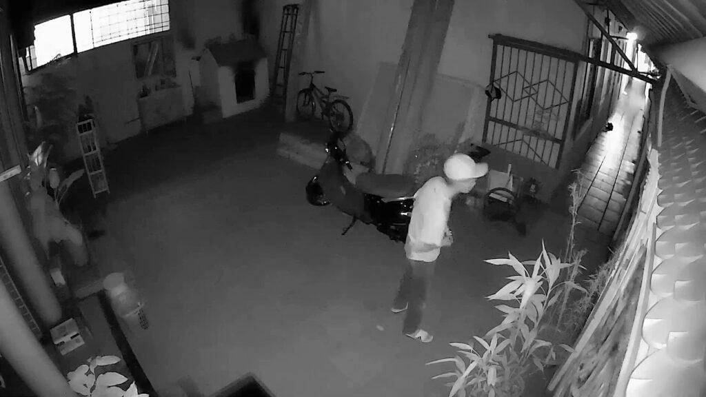 Kẻ trộm vào nhà trộm xe
