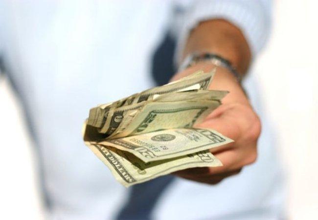 Mơ thấy người lạ cho tiền báo điềm gì?