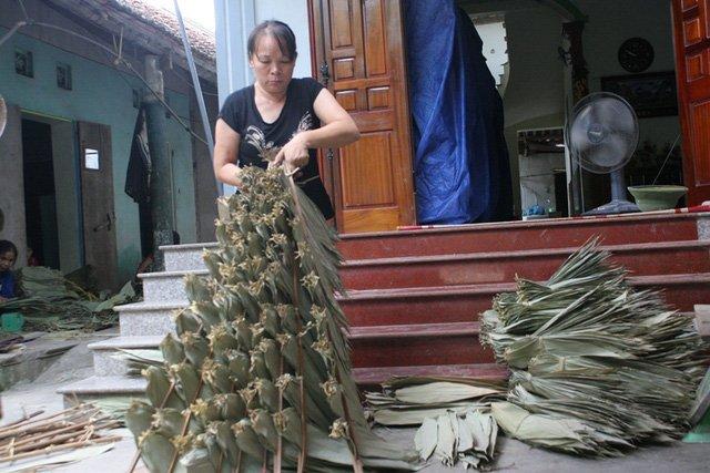 Bỏ túi hàng trăm triệu mỗi tháng nhờ nhặt lá tre