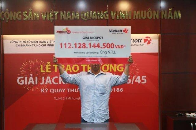 Ông N.T.L may mắn trúng giải Jackpot của Mega 6/45 lên đến hơn 112 tỷ đồng