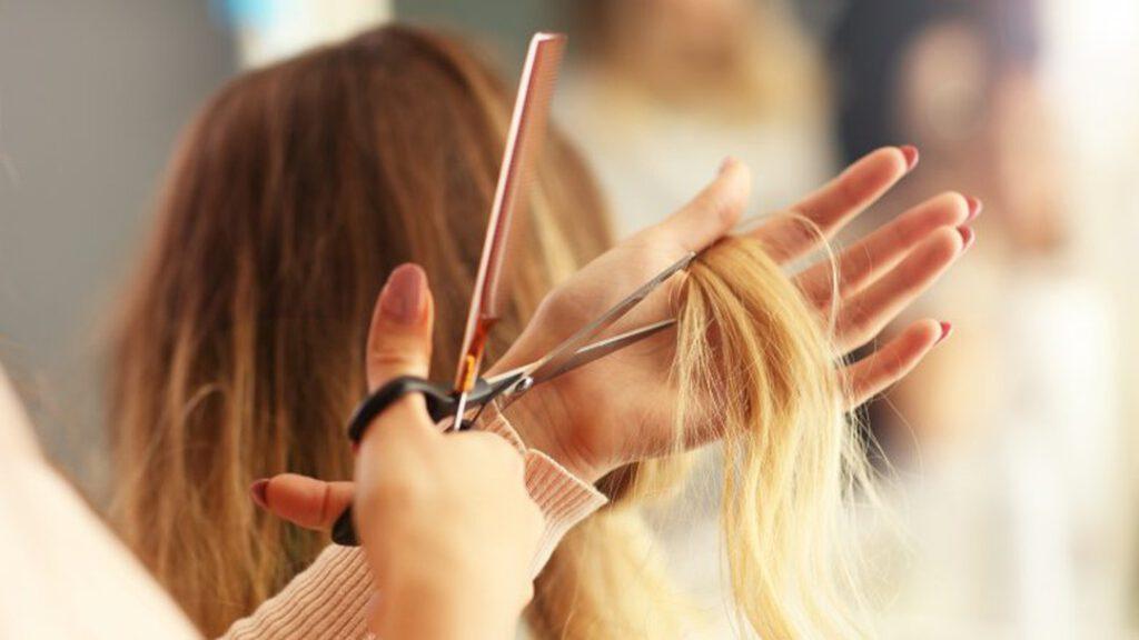 Nằm mơ thấy mình cắt tóc cho người khác có may mắn không?