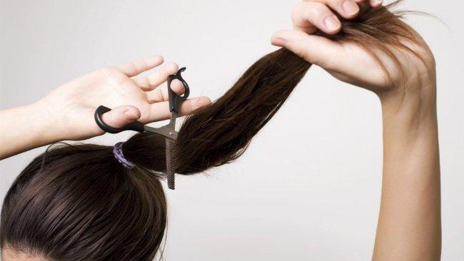 Giải mã ý nghĩa việc nằm mơ thấy mình tự cắt tóc cho mình
