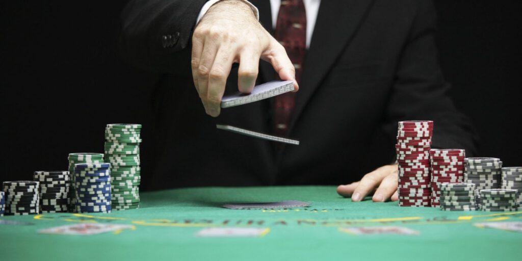 Đánh bài thua tiền người khác