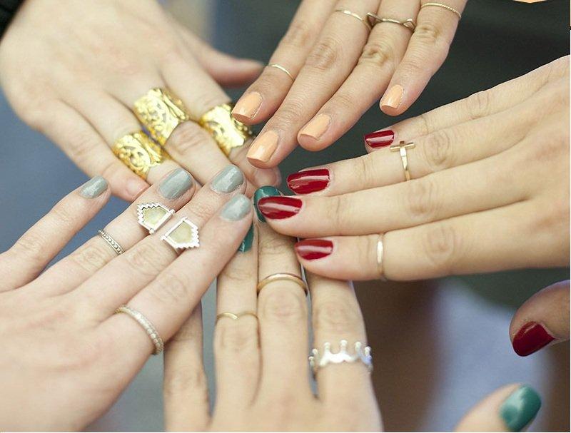 Mơ thấy tay đeo đầy nhẫn vàng