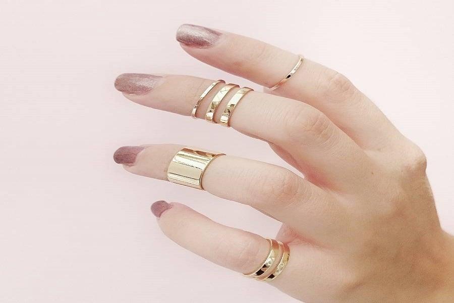 Những chiếc nhẫn vàng rực rỡ luôn thu hút ánh nhìn của các chị em phụ nữ