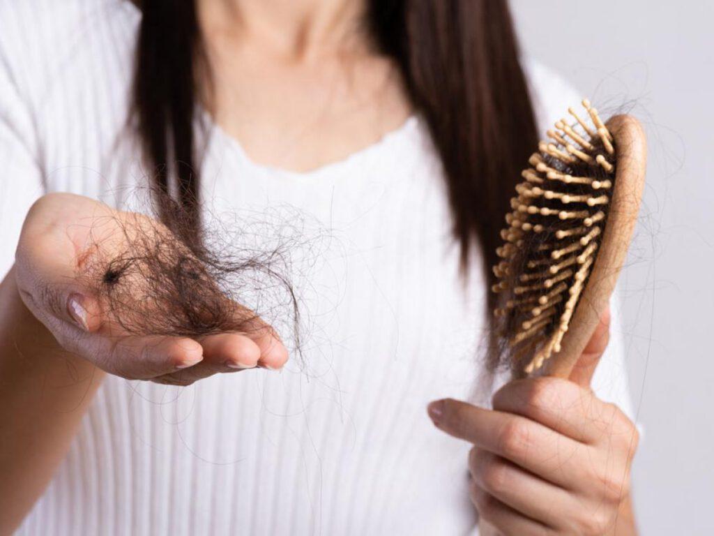 Giải mã nằm mơ thấy rụng tóc là điềm báo lành hay dữ